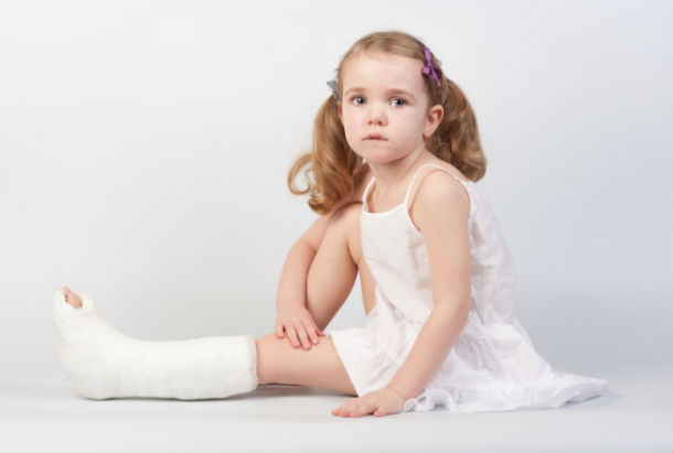 Первая помощь при переломах и ушибах