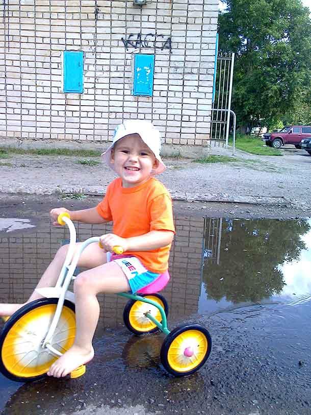 мальчик катается на велосипеде
