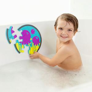 ребенок играет в ванной