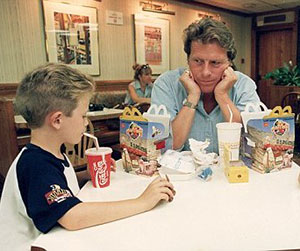 отец с сыном в кафе