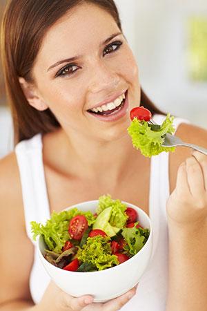 девушка ест овощи чтобы похудеть