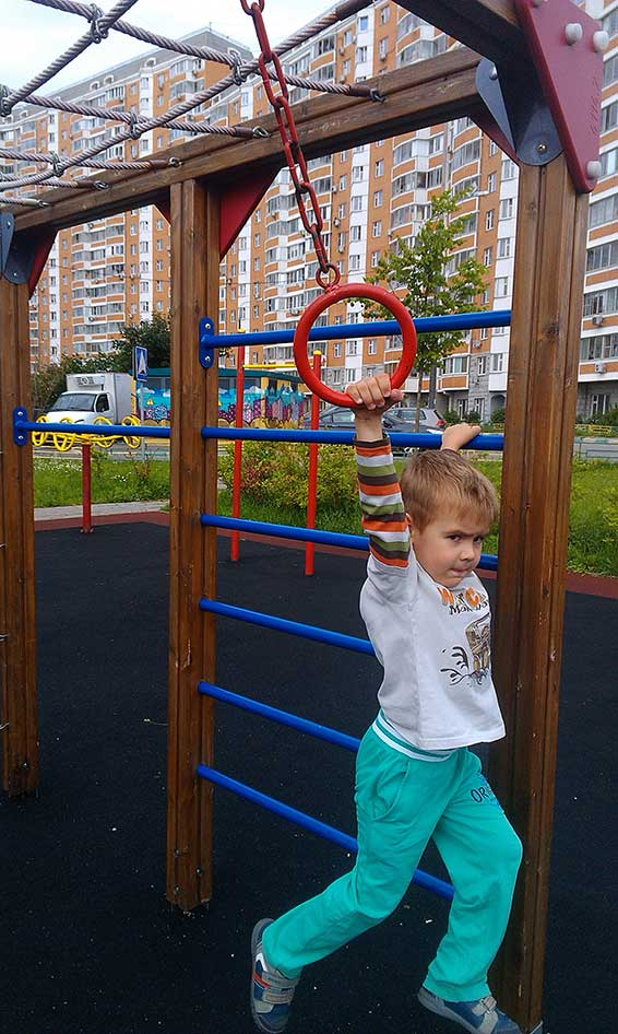 Ребенок на прогулке: что делать маме безбашенного ребенка?