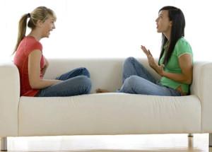 девушки обсуждают бандаж