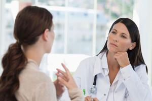 женщина разговаривает с доктором