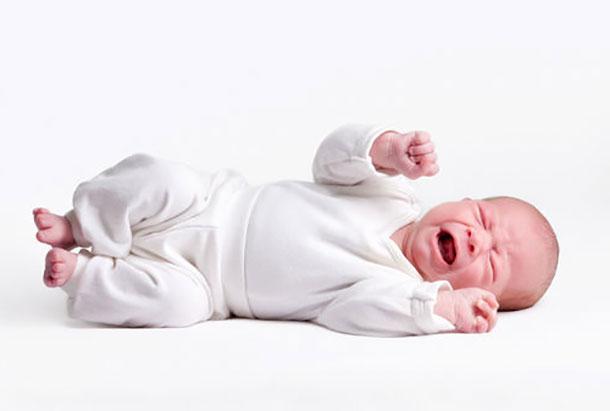 Новорожденный ребенок дергает ножкой