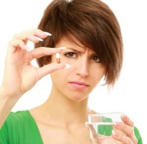 девушка принимает лекарство