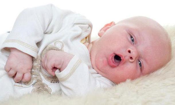 новорожденный кашляет и чихает