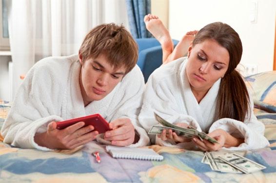 жена выдает мужу деньги