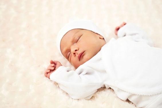 новорожденный кряхтит и ворочается во сне