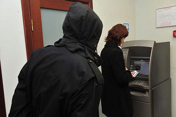 мошенник у банкомата