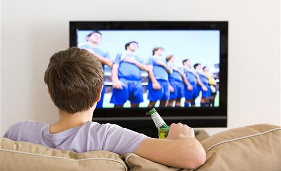 муж смотрит телевизор