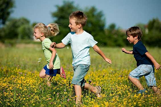дети бегают на прогулке