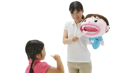 чистка зубов с игрушкой