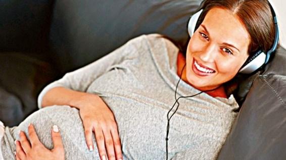 будущая мама слушает музыку