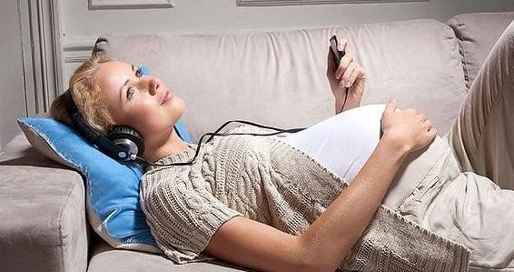 беременная слушает музыку