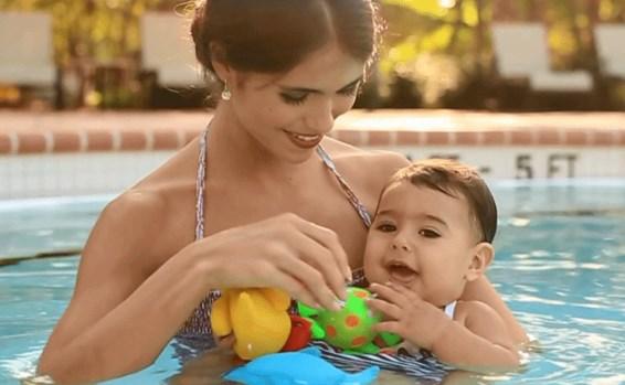 ребенок с мамой в бассейне