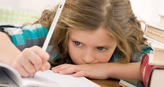 девочка устала делать уроки
