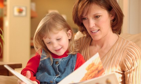 мама читает книгу