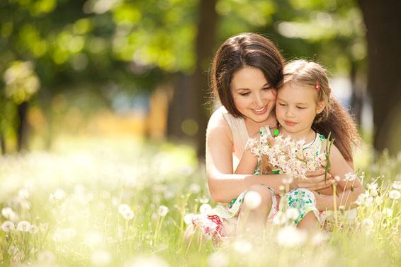 мама с дочкой гуляет в парке