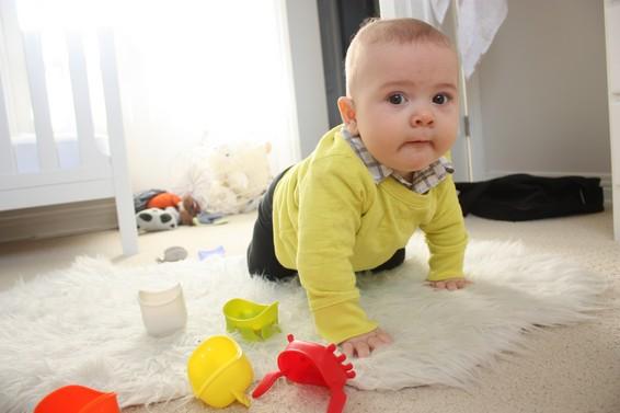 во сколько месяцев дети начинают ползать