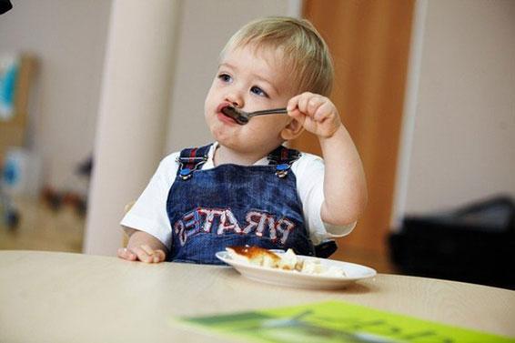 ребенок самостоятельно кушает в детском саду