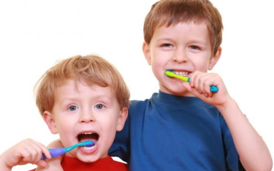 дети чистят зубки