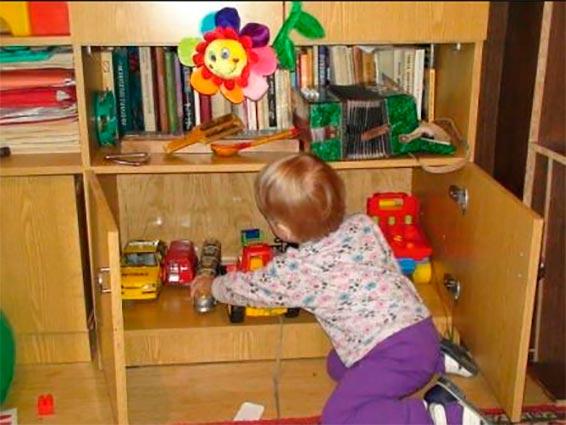 ребенок прибирает игрушки