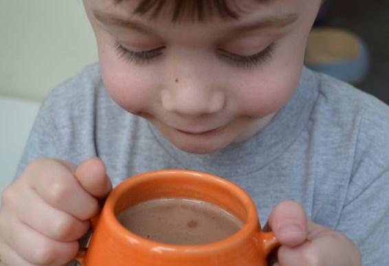 ребенок пьет какао