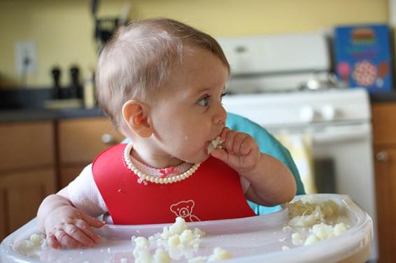 ребенок ест цветную капусту