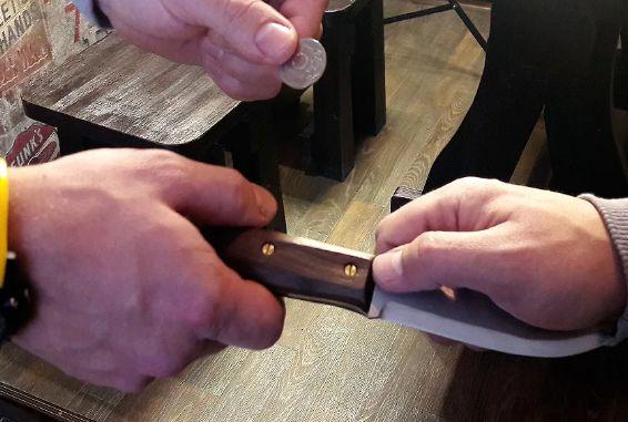дарить нож
